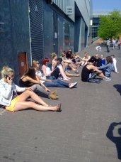 De Danseressen, nu even in de zon, artiesteningang HMH.