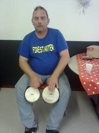 Ele, drummer en percussie.